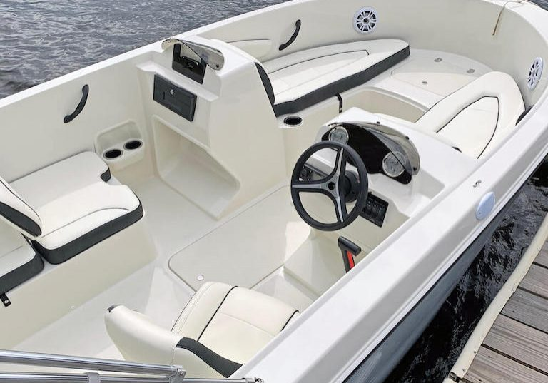 172SC Deck Boat
