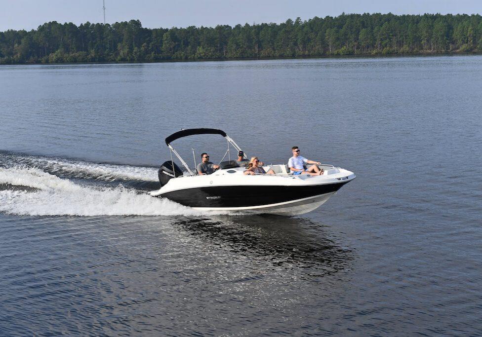 212sc-deck-boat-running-11